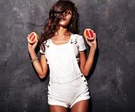 Modelo moreno en ropa blanca casual del verano Foto de archivo libre de regalías