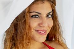 Modelo moreno hispánico atractivo Wearing Bedroom Clothing de la ropa interior Imagen de archivo