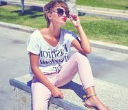 modelo moreno joven de la mujer en ropa casual del inconformista del verano Fotografía de archivo