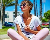 modelo moreno joven de la mujer en ropa casual del inconformista del verano Fotografía de archivo libre de regalías