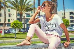 modelo moreno joven de la mujer en ropa casual del inconformista del verano Foto de archivo