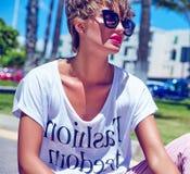 modelo moreno joven de la mujer en ropa casual del inconformista del verano Fotos de archivo