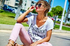 modelo moreno joven de la mujer en ropa casual del inconformista del verano Foto de archivo libre de regalías