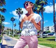 modelo moreno joven de la mujer en ropa casual del inconformista del verano Imagenes de archivo
