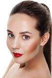 Modelo moreno joven hermoso con los labios rojos y los ojos azules siempre Fotografía de archivo libre de regalías