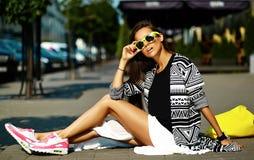 Modelo moreno joven hermoso de la mujer en ropa casual colorida del inconformista del verano Fotos de archivo libres de regalías