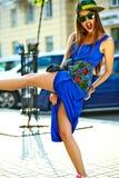 Modelo moreno joven hermoso de la mujer en ropa casual colorida del inconformista del verano Imágenes de archivo libres de regalías