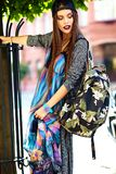 Modelo moreno joven hermoso de la mujer en ropa casual colorida del inconformista del verano Foto de archivo