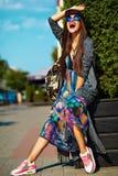 Modelo moreno joven hermoso de la mujer en ropa casual colorida del inconformista del verano Fotografía de archivo