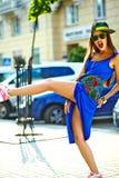 Modelo moreno joven hermoso de la mujer en ropa casual colorida del inconformista del verano Fotos de archivo