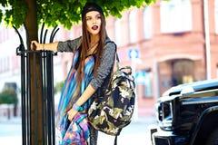 Modelo moreno joven hermoso de la mujer en ropa casual colorida del inconformista del verano Foto de archivo libre de regalías