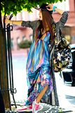 Modelo moreno joven hermoso de la mujer en ropa casual colorida del inconformista del verano Imagenes de archivo