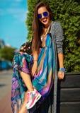 Modelo moreno joven hermoso de la mujer en ropa casual colorida del inconformista del verano Imagen de archivo