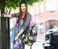 Modelo moreno joven hermoso de la mujer en ropa casual colorida del inconformista del verano Imagen de archivo libre de regalías