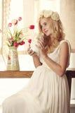 Modelo, mulher, louro, grávido no interior Imagens de Stock Royalty Free