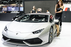 Modelo não identificado com Lamborghini Huracan Spyder LP 610-4 Imagem de Stock