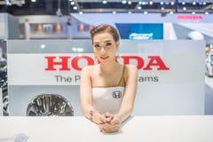 Modelo não identificado com o carro de Honda na expo internacional 2015 do motor de Tailândia Fotos de Stock