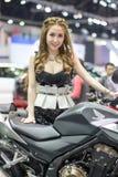 Modelo não identificado com o carro de Honda na expo internacional 2015 do motor de Tailândia Fotos de Stock Royalty Free