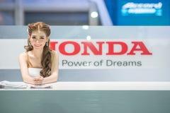 Modelo não identificado com o carro de Honda na expo internacional 2015 do motor de Tailândia Fotografia de Stock