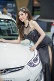 Modelo não identificado com o carro de Hyundai na expo internacional 2015 do motor de Tailândia Imagens de Stock