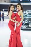 Modelo não identificado com um carro na expo internacional 2015 do motor de Tailândia Imagens de Stock