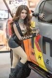 Modelo não identificado com um carro na expo internacional 2015 do motor de Tailândia Foto de Stock