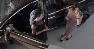 Modelo negro X del coche eléctrico de Tesla en la sala de exposición de la promoción almacen de video