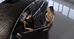 Modelo negro X del coche eléctrico de Tesla en la sala de exposición de la promoción metrajes