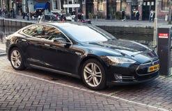 Modelo negro S, coche totalmente eléctrico del mismo tamaño de Tesla Imagen de archivo