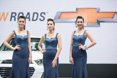 Modelo no identificado con el coche de Chevrolet en la expo internacional 2015 del motor de Tailandia Foto de archivo libre de regalías