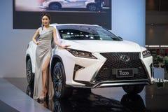 Modelo no identificado con el coche de Lexus en la expo internacional 2015 del motor de Tailandia Fotografía de archivo libre de regalías