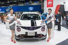 Modelo no identificado con el coche de Nissan en la expo internacional 2015 del motor de Tailandia Fotos de archivo