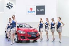Modelo no identificado con el coche del suzuki en la expo internacional 2015 del motor de Tailandia Imagen de archivo