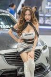 Modelo no identificado con la rueda de coche de Lenso en la expo internacional 2015 del motor de Tailandia Fotos de archivo libres de regalías