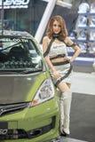 Modelo no identificado con la rueda de coche de Lenso en la expo internacional 2015 del motor de Tailandia Fotografía de archivo libre de regalías