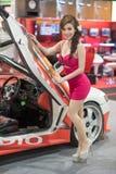 Modelo no identificado con un coche en la expo internacional 2015 del motor de Tailandia Fotos de archivo