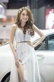 Modelo no identificado con un coche en la expo internacional 2015 del motor de Tailandia Foto de archivo