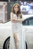 Modelo no identificado con un coche en la expo internacional 2015 del motor de Tailandia Imagen de archivo