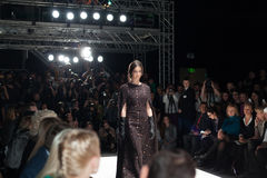 Modelo no vestido em Mercedes-Benz Fashion Week Fotografia de Stock