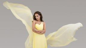 Modelo no vestido flowy Fotografia de Stock