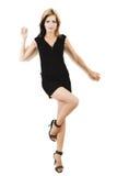 Modelo novo atrativo que levanta em um vestido preto bonito Imagens de Stock
