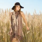 Modelo novo bonito que anda através dos tallgrass - disparou fora Imagens de Stock