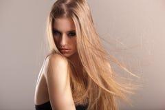 Modelo novo com cabelo reto longo Fotos de Stock Royalty Free