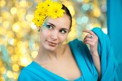 Modelo novo com composição e flores em seu cabelo Fotografia de Stock Royalty Free