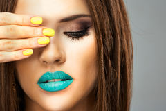 Modelo novo da beleza, bordos azuis, pregos amarelos Fim acima Foto de Stock Royalty Free