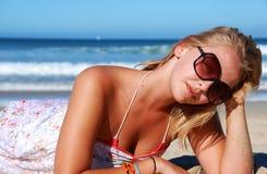 Modelo novo na praia Fotos de Stock Royalty Free