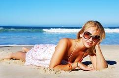 Modelo novo na praia Imagens de Stock Royalty Free