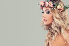 Modelo novo perfeito com as flores no cabelo principal e encaracolado fotografia de stock royalty free