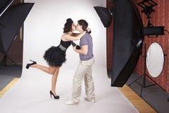 Modelo novo que beija o fotógrafo Fotografia de Stock