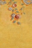 Modelo ornamental de la rosa que sube en la pared Fotos de archivo